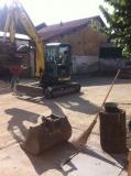 Opere in cortile rifacimento piani e fondo drenante